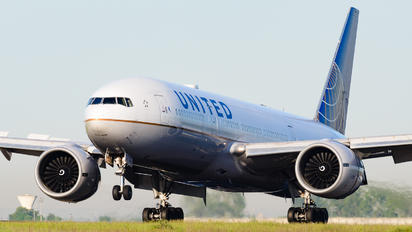 N78013 - United Airlines Boeing 777-200