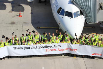 HB-IYZ - Swiss - Airport Overview - People, Pilot