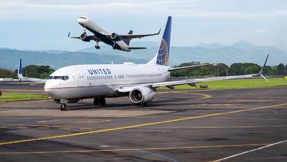 N14214 - United Airlines Boeing 737-800