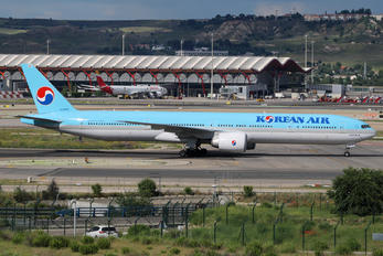 HL8275 - Korean Air Boeing 777-300ER