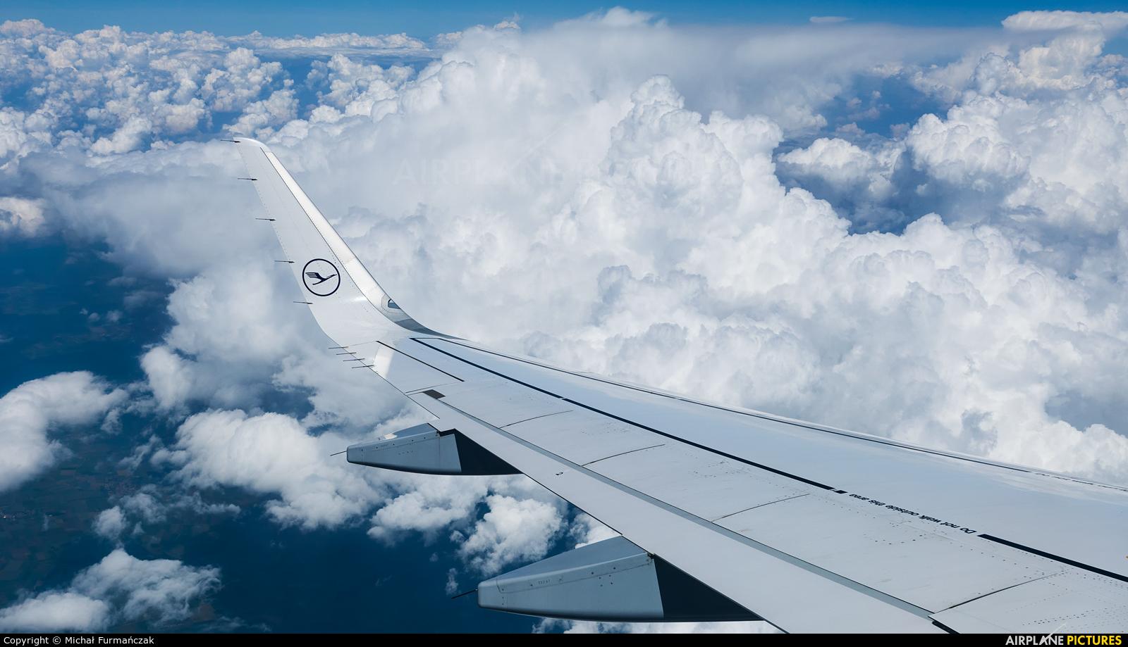Lufthansa D-AIUJ aircraft at In Flight - International
