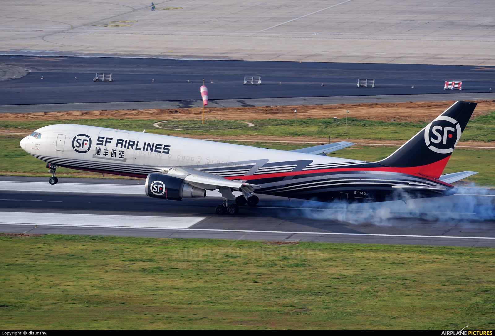 SF Airlines B-1423 aircraft at Dalian Zhoushuizi Int'l