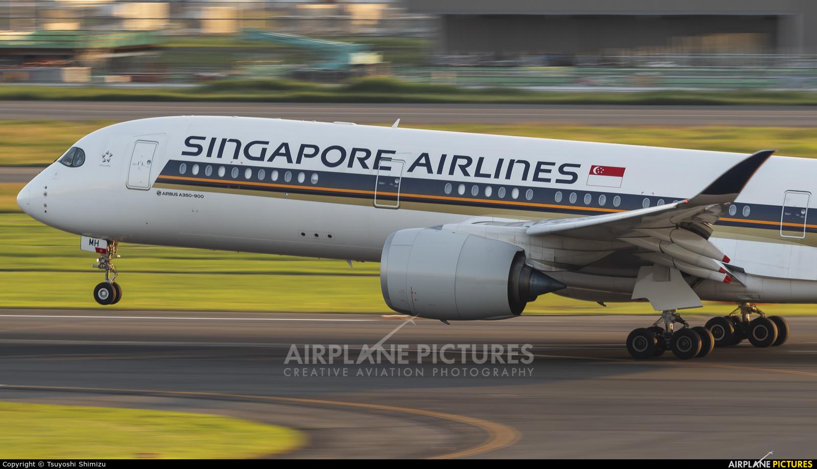 Singapore Airlines 9V-SMH aircraft at Tokyo - Haneda Intl