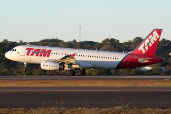 PT-MZW - TAM Airbus A320