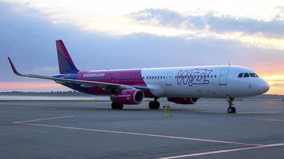 HA-LXE - Wizz Air Airbus A321