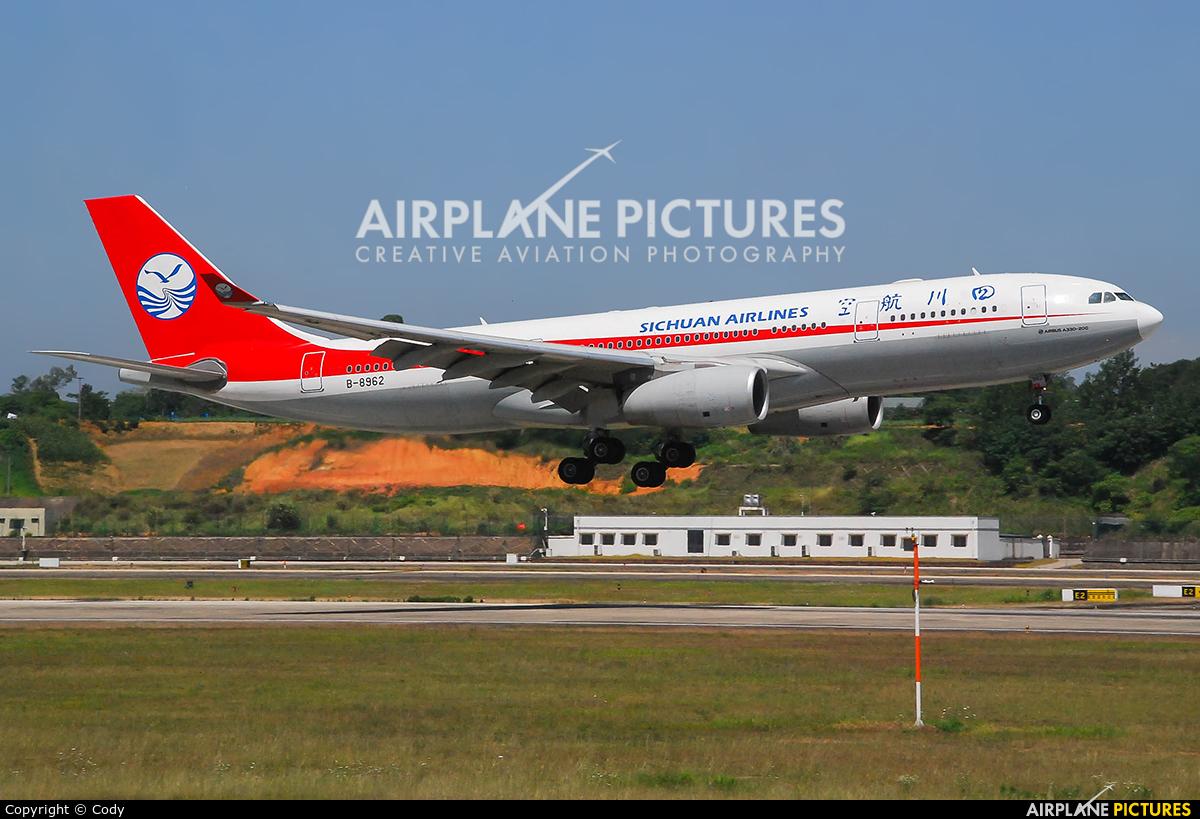 Sichuan Airlines  B-8962 aircraft at Chengdu