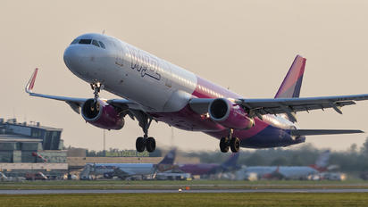 HA-LXS - Wizz Air Airbus A321