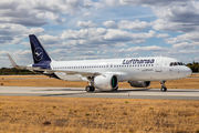 First Lufthansa A320 neo in new colours title=