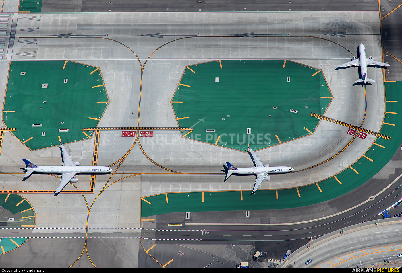 United Airlines - aircraft at Los Angeles Intl