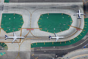 - - United Airlines - Airport Overview - Runway, Taxiway aircraft