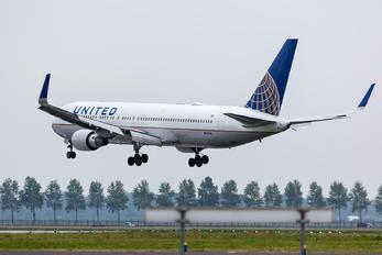 N76010 - United Airlines Boeing 777-200
