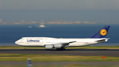 D-ABYQ - Lufthansa - Airport Overview - Runway, Taxiway