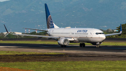 N76526 - United Airlines Boeing 737-800