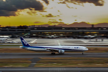JA752A - ANA - All Nippon Airways Boeing 777-300