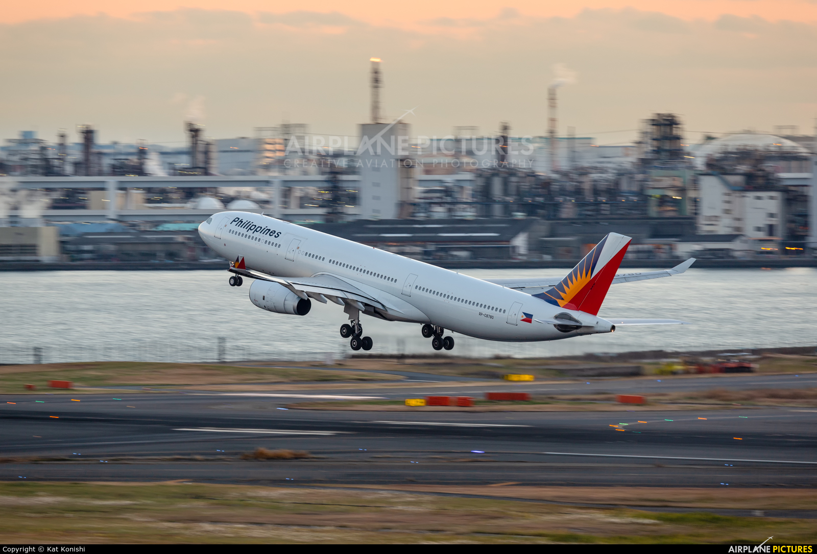 Philippines Airlines RP-C8780 aircraft at Tokyo - Haneda Intl