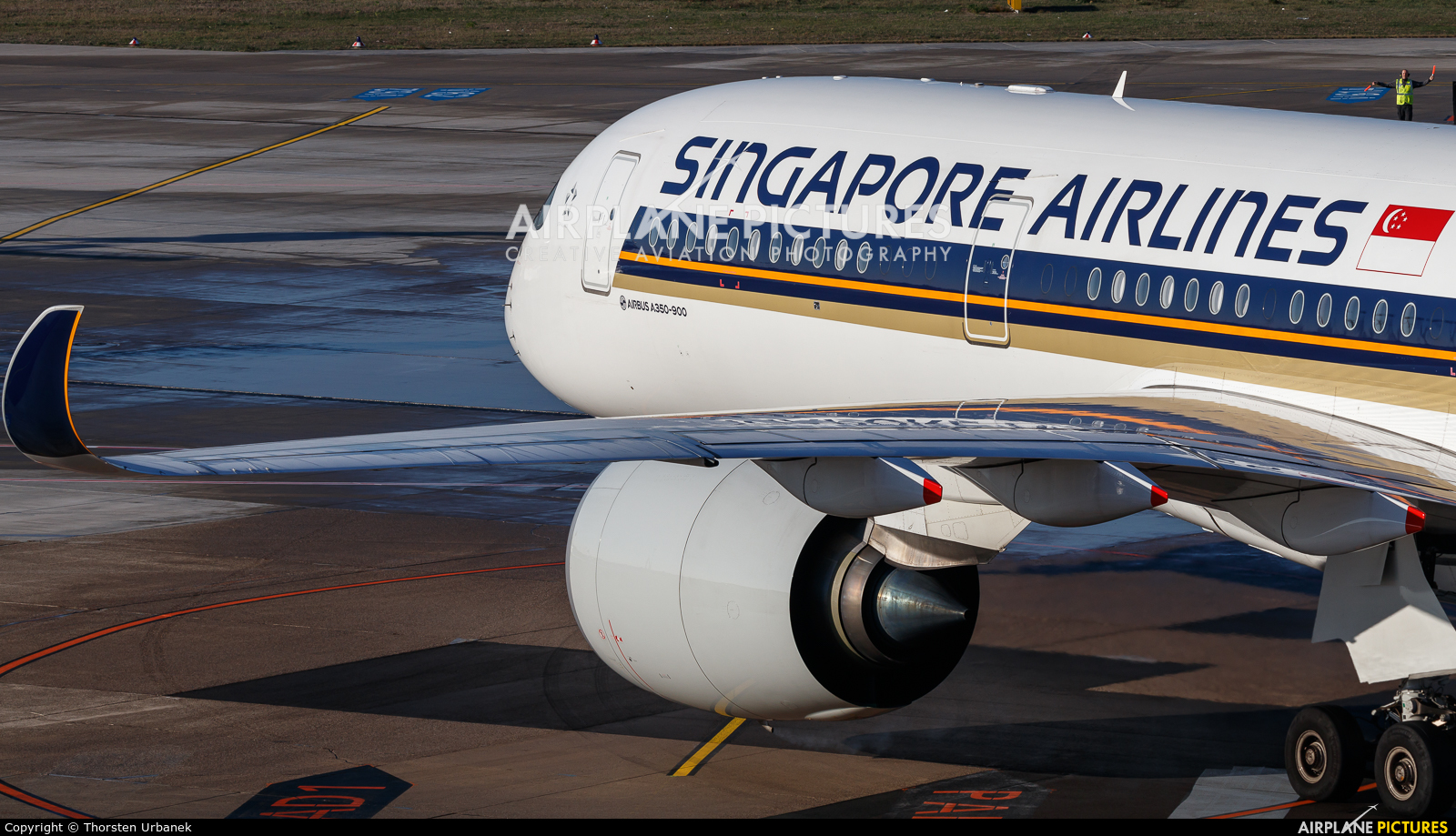 Singapore Airlines 9V-SMH aircraft at Düsseldorf