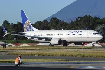 N87512 - United Airlines Boeing 737-800