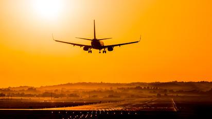 - - Ryanair Boeing 737-8AS