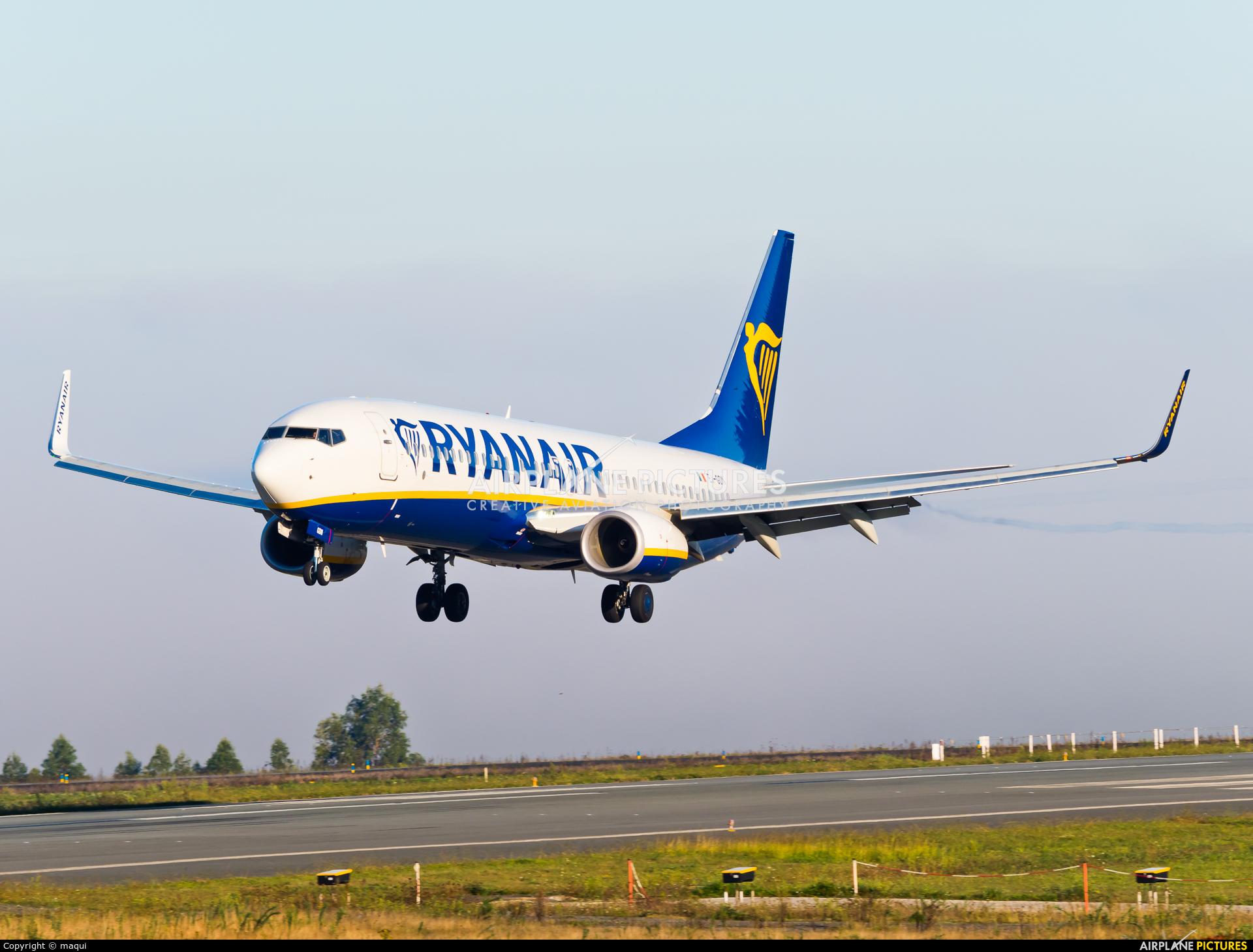 Ryanair EI-GDN aircraft at Santiago de Compostela