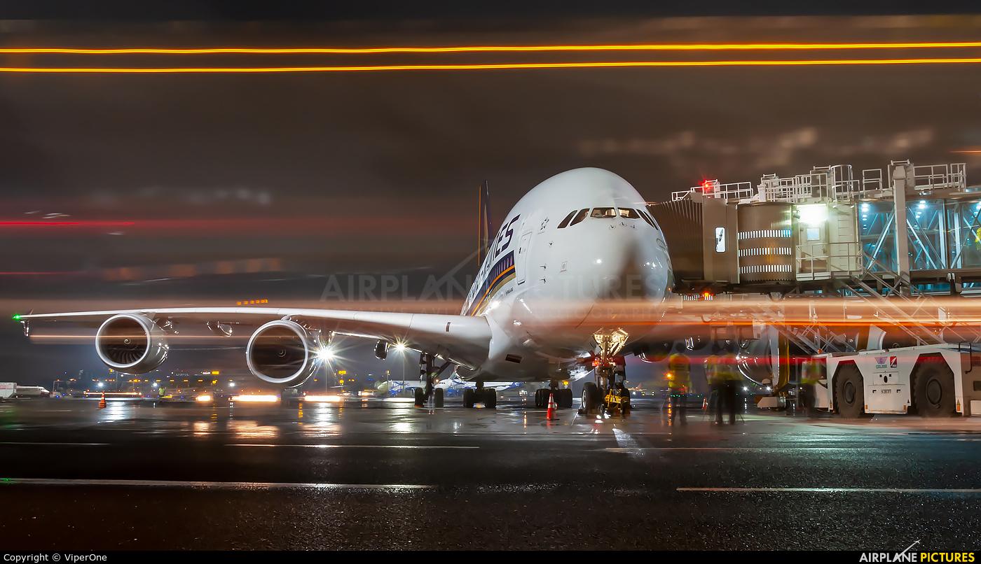 Singapore Airlines 9V-SKU aircraft at Mumbai - Chhatrapati Shivaji Intl