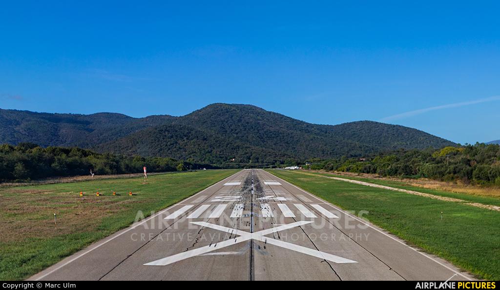 - Airport Overview - aircraft at St. Tropez - La Mole