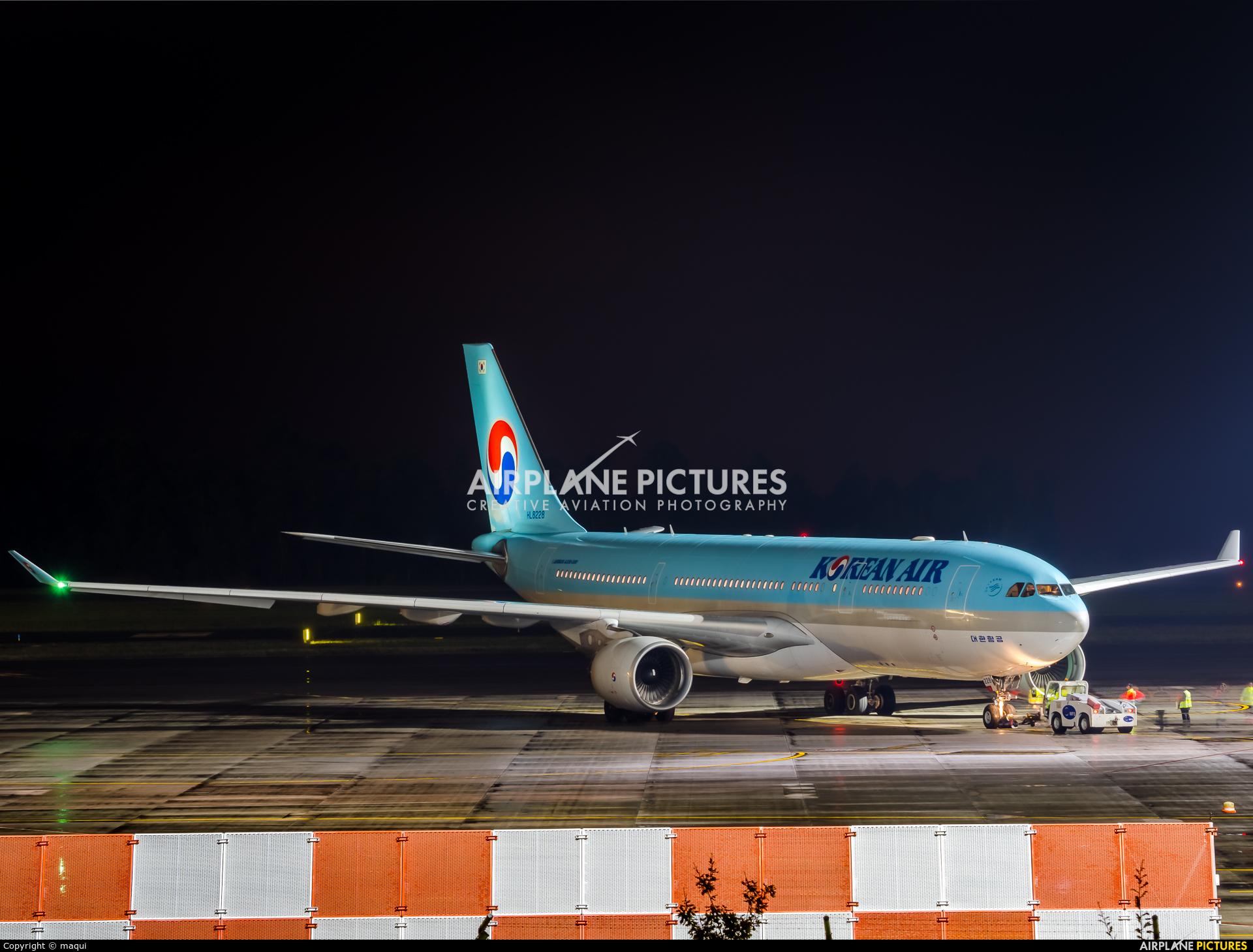 Korean Air HL8228 aircraft at Santiago de Compostela