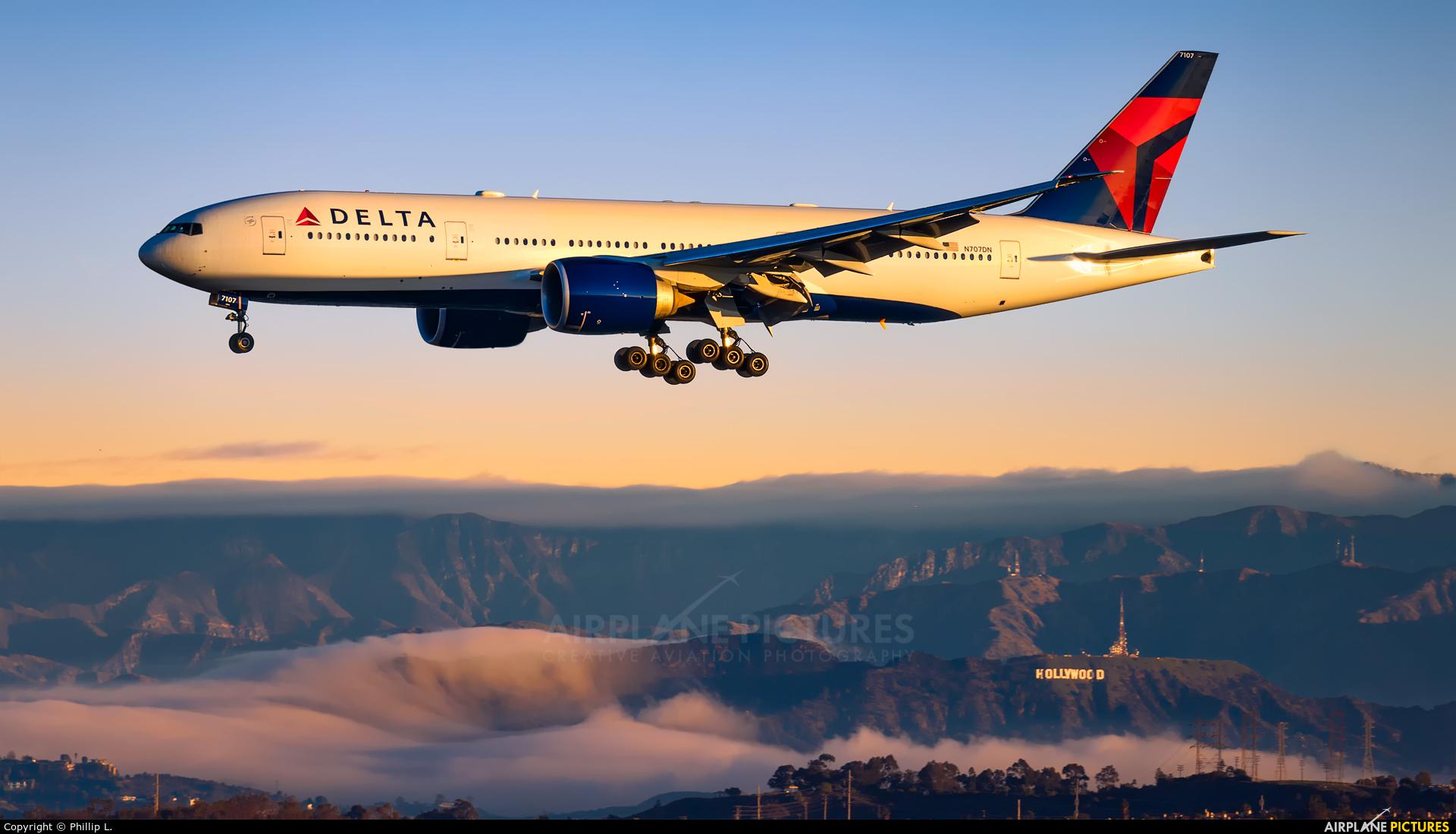Delta Air Lines N707DN aircraft at Los Angeles Intl