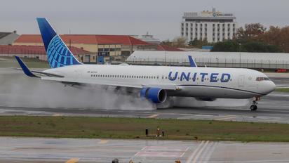 N676UA - United Airlines Boeing 767-300ER