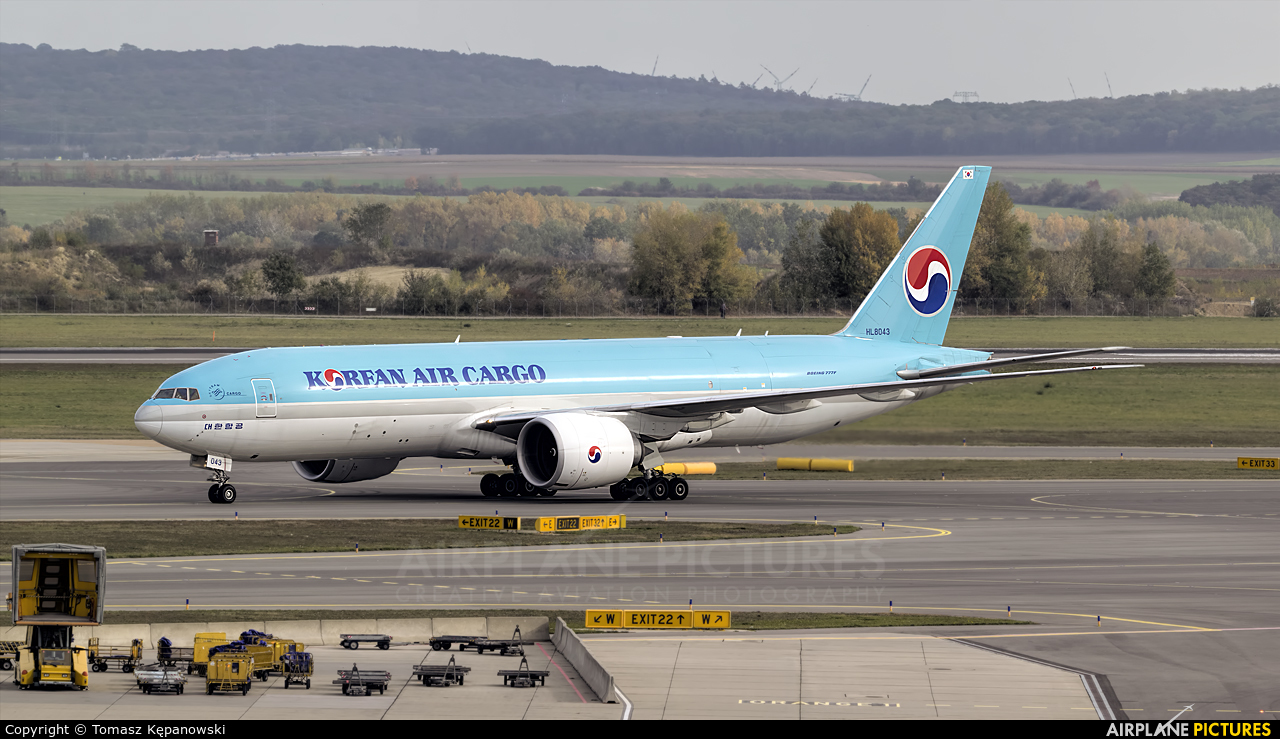 Korean Air Cargo HL8043 aircraft at Vienna - Schwechat