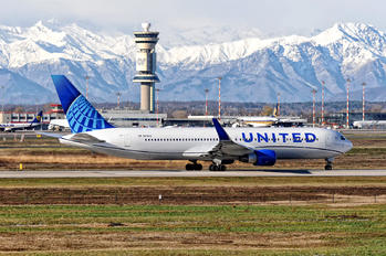 N676UA - United Airlines Boeing 767-300ER
