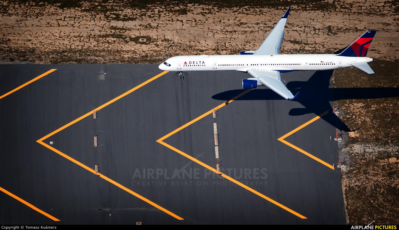 Delta Air Lines N593NW aircraft at Los Angeles Intl