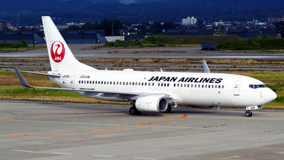 JA325J - JAL - Japan Airlines Boeing 737-800