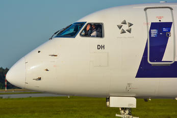 SP-LDH - LOT - Polish Airlines - Airport Overview - People, Pilot