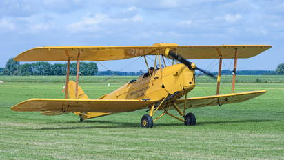 N8233 - Private de Havilland DH. 82 Tiger Moth