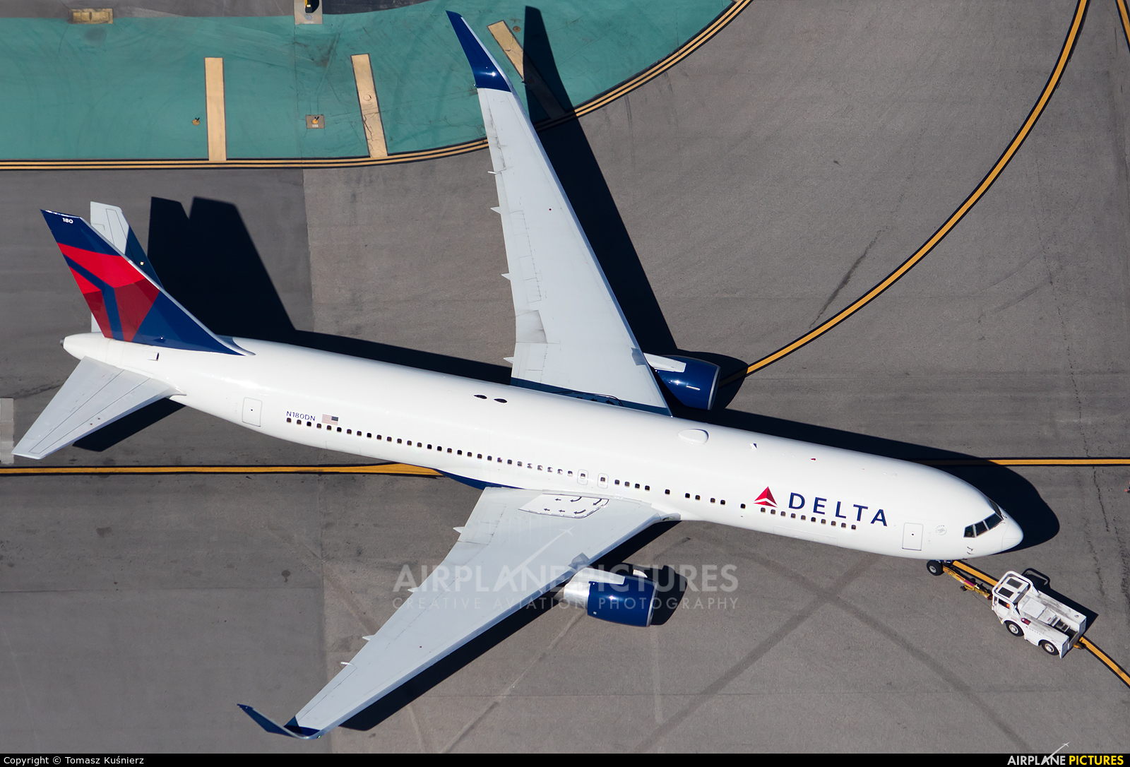 Delta Air Lines N180DN aircraft at Los Angeles Intl
