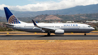 N16234 - United Airlines Boeing 737-800