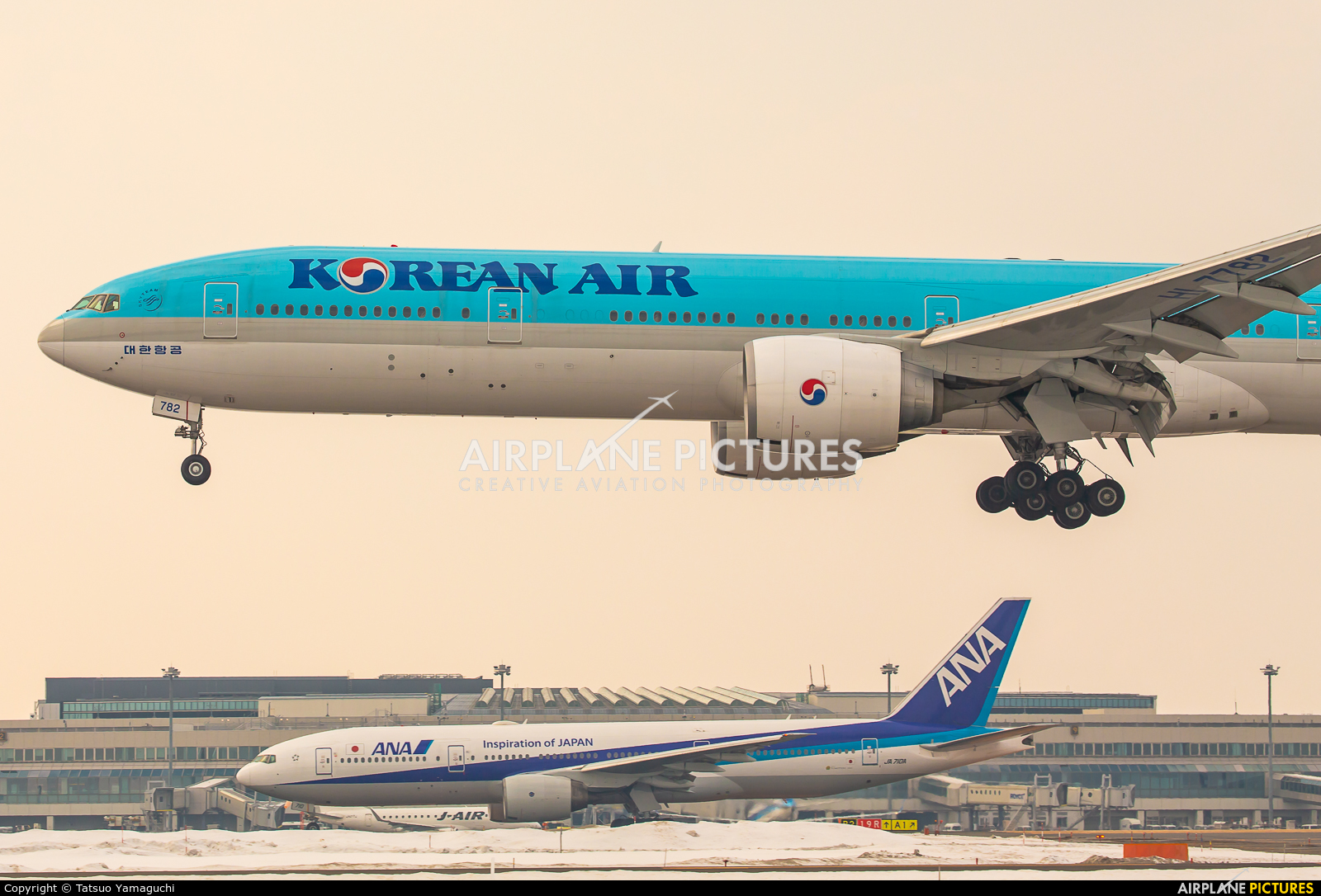 Korean Air HL7782 aircraft at New Chitose