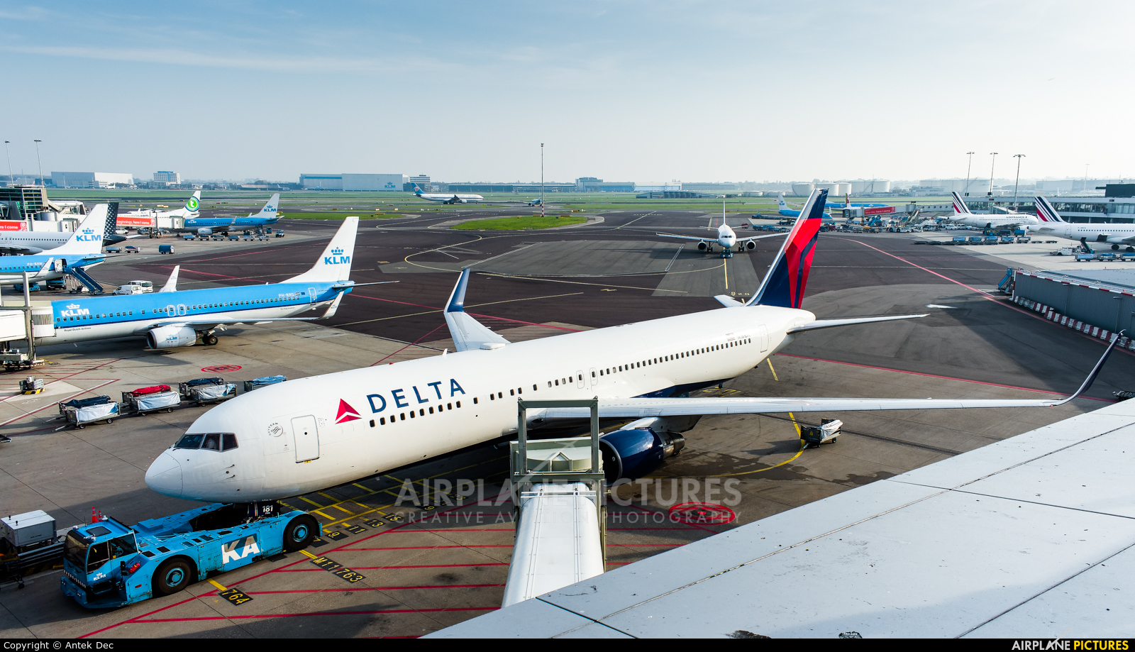 - Airport Overview EHAM aircraft at Amsterdam - Schiphol