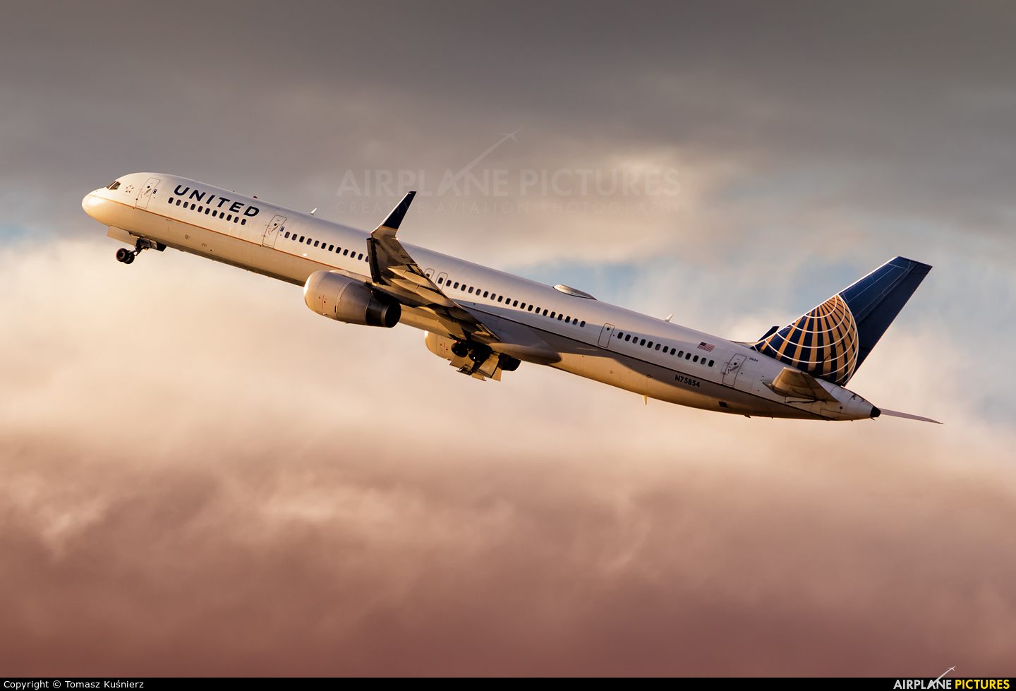 United Airlines N75854 aircraft at Los Angeles Intl