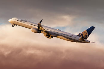 N75854 - United Airlines Boeing 757-300