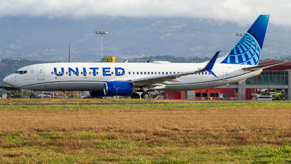 N37267 - United Airlines Boeing 737-800