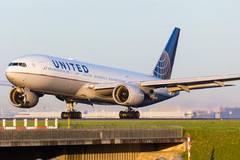 N204UA - United Airlines Boeing 777-200