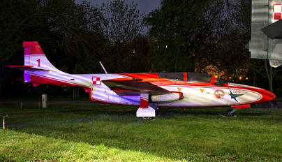 1H-0730 - Poland - Air Force: White & Red Iskras PZL TS-11 Iskra