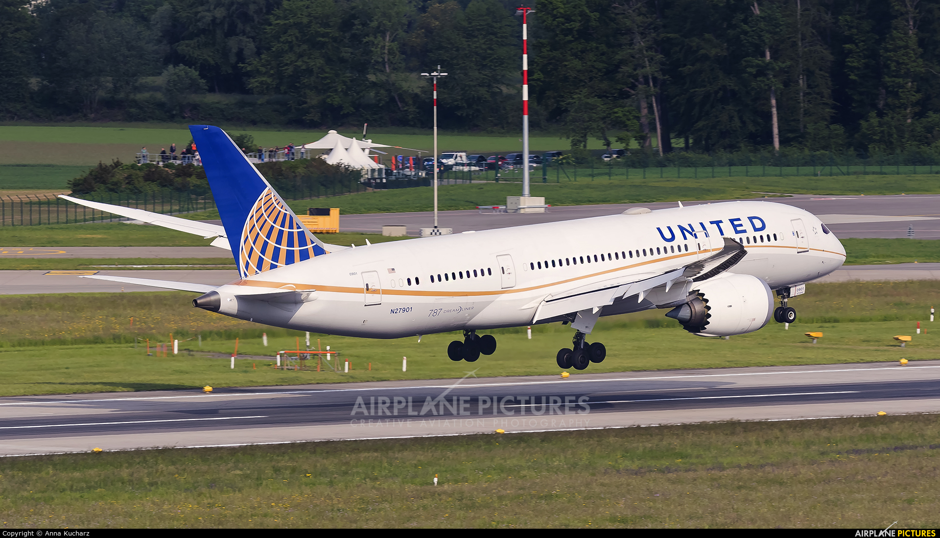United Airlines N27901 aircraft at Zurich