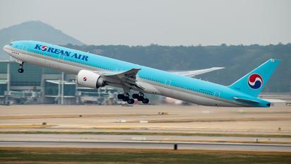 HL8010 - Korean Air Boeing 777-300ER