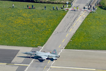 J-3077 - - Airport Overview - Airport Overview - Runway, Taxiway
