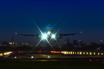 - - TAM Airbus A320