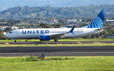 N37267 - United Airlines Boeing 737-800