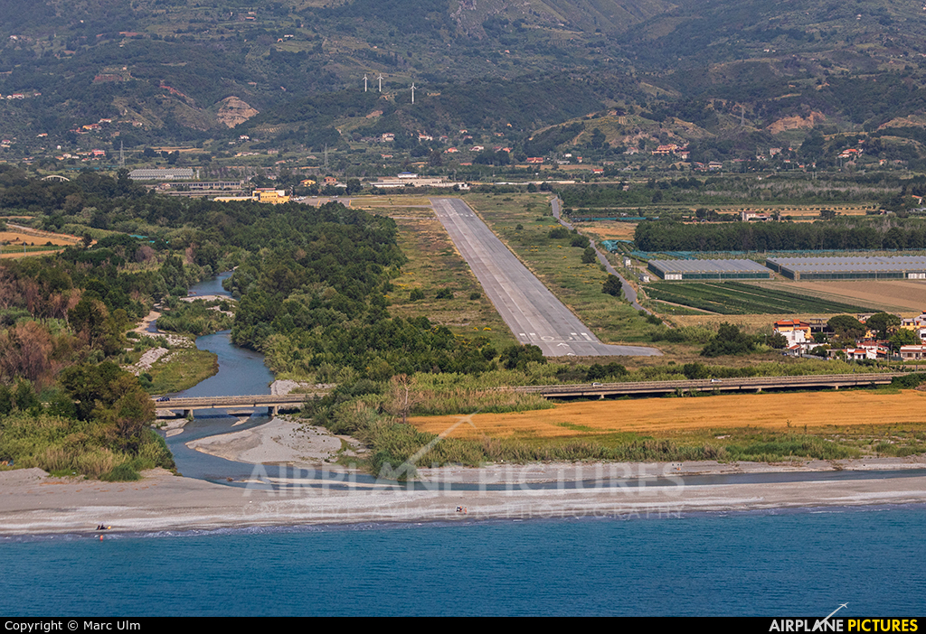 - Airport Overview - aircraft at Aviosuperficie Scalea