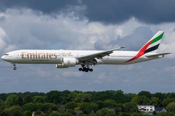 A6-EPW - Emirates Airlines Boeing 777-31H(ER)